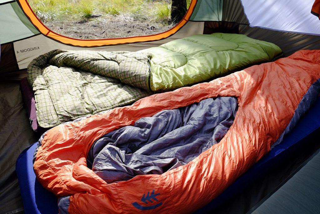 کیسه خواب از وسایل مورد نیاز در تور کویر برای آسودگی بیشتر