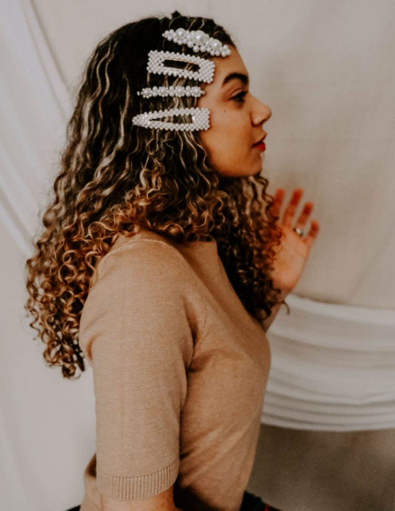 مدل بستن موی فر بلند با گیره مرواریدی